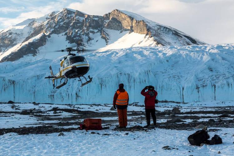 Các nhà khoa học di chuyển bằng trực thăng đến McMurdo.