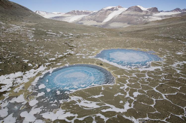 Hồ nước đóng băng ở Thung lũng McMurdo.