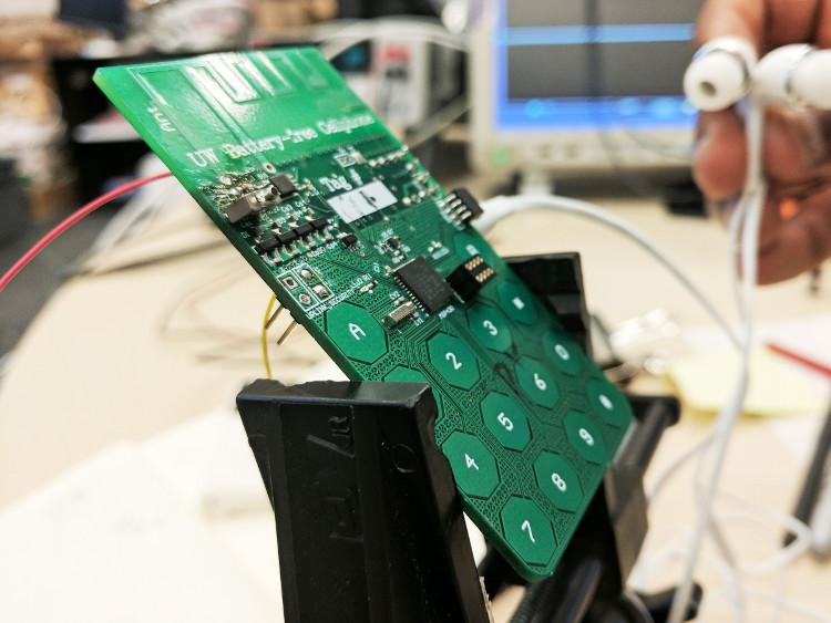Nguyên mẫu chiếc điện thoại có thể thực hiện cuộc gọi không cần dùng đến pin.