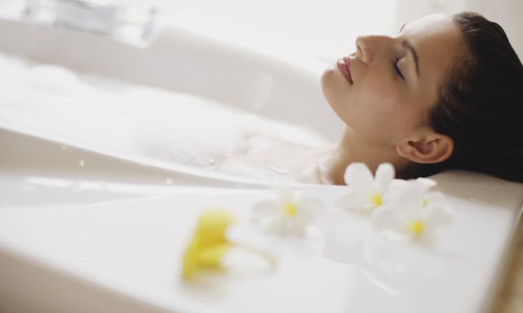 Tắm nước nóng cách 90-120 phút trước khi ngủ.