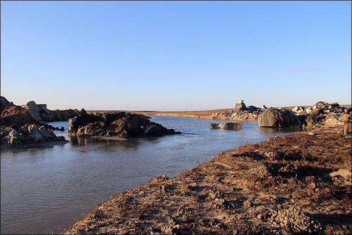 Đất đá bay lên hai bờ sông sau vụ nổ.