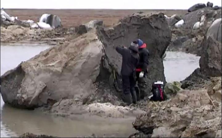 Các nhà khoa học kiểm tra khối đá lớn sau vụ nổ.