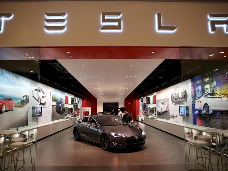 Bạn phải đặt hàng thông qua website hoặc phải mua trực tiếp từ Tesla Motors chứ không thể mua qua đại lý thông thường.