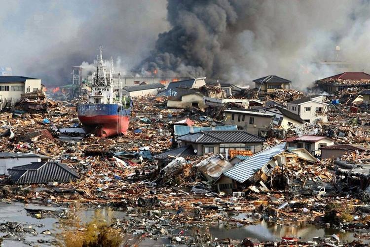 Nhà cửa tan hoang sau động đất.