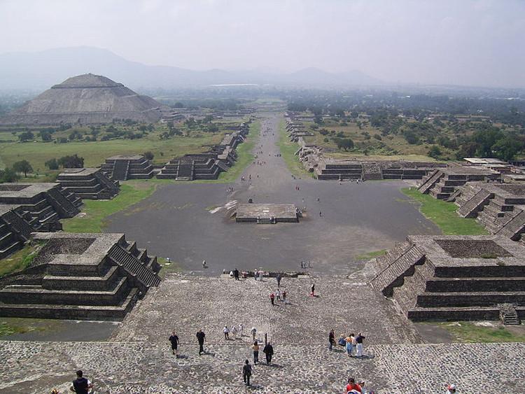 Đường hầm chạy dài từ chân kim tự tháp tới giữa quảng trường.