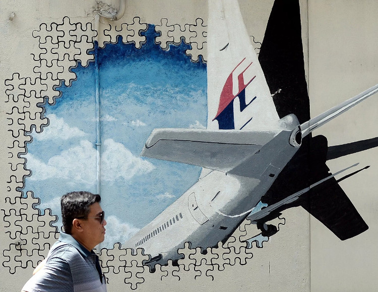 Bức tranh tường khắc họa chiếc máy bay mất tích MH370 ở Shah Alam, Malaysia.