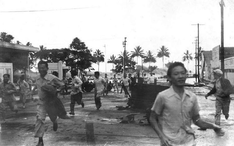 Người dân Hawai'i chạy trốn trước một cơn sóng thần đang ập vào Hilo, Hawai'i.