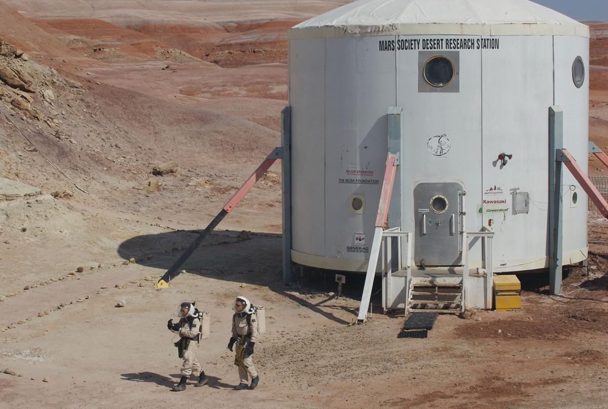 Hai thành viên của đội nghiên cứu mặc trang phục vũ trụ trong sứ mệnh thám hiểm giả định.
