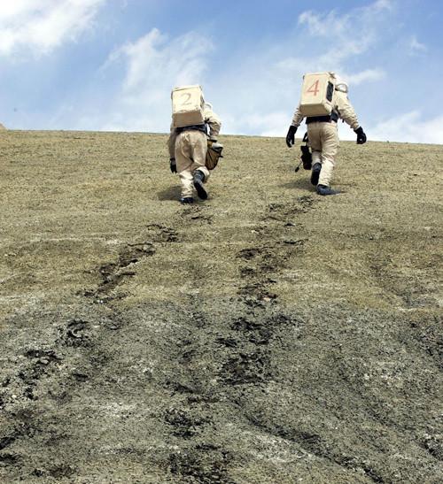 Trong ảnh: Hai nhà nghiên cứu leo lên một dãy núi đá.