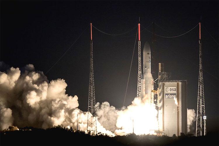 Tên lửa Ariane 5 mang theo vệ tinh địa tĩnh rời bệ phóng từ căn cứ vũ trụ Kourou tại Guyana ngày 5/5.