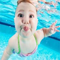 Tại sao các bé chỉ mới vài tháng tuổi đã có thể lặn được dưới nước?