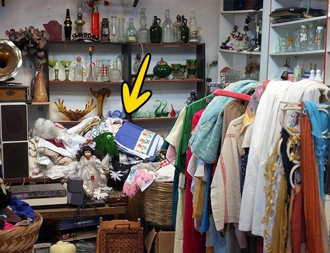 Quần áo trong 1 mớ hỗn độn cùng bảng sale có thể kích thích niềm hạnh phúc của khách hàng.