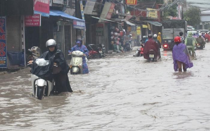 Những trận mưa lớn kéo dài gây ngập úng cục bộ khiến người dân đi lại rất khó khăn.
