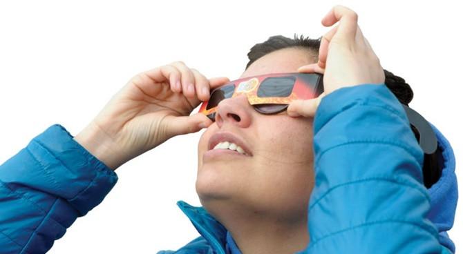 Muốn nhìn vào mặt trời, hãy nhớ sử dụng thiết bị bảo vệ.