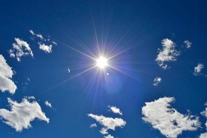 Nhìn thẳng vào mặt trời có thể gây tổn thương mắt.
