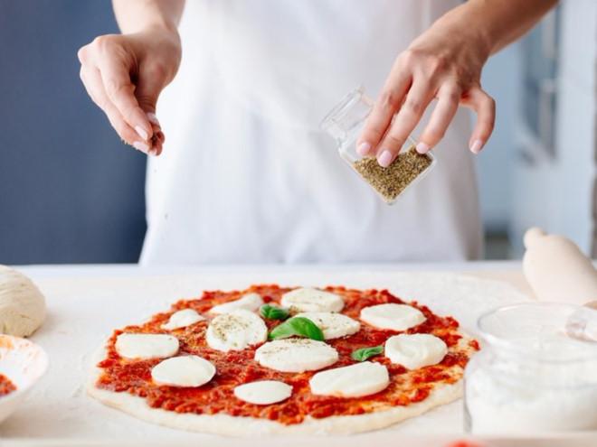 Hãy cho thêm ớt hoặc tiêu khi ăn pizza.