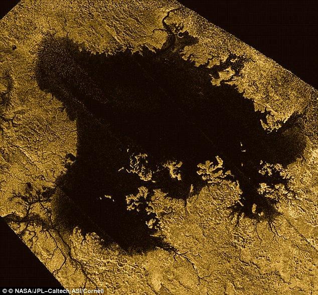 Bề mặt Titan có biển và hồ chứa hydrocarbon dạng lỏng rất trù phú.