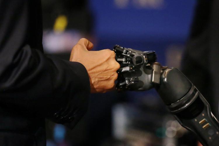 """Tổng thống Obama """"fist bump"""" với một cánh tay robot"""