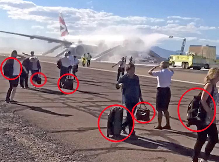 Nhiều hành khách vẫn cố lấy hành lý trước khi thoát khỏi máy bay hãng British Airways.