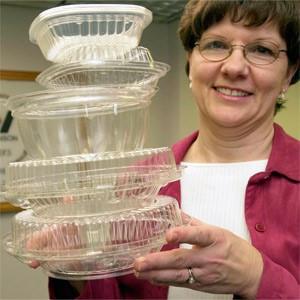 Một nhân viên với các hộp nhựa được làm từ thực phẩm tại công ty sản xuất Wilkinson