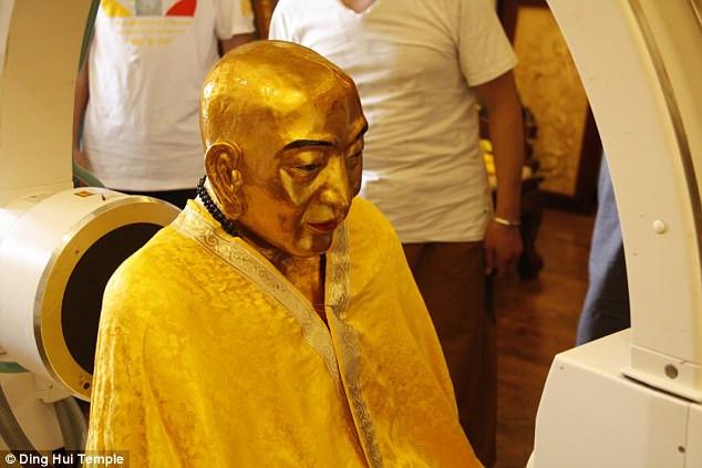 Xác ướp thiền sư Ci Xian được đem đi chụp cắt lớp.