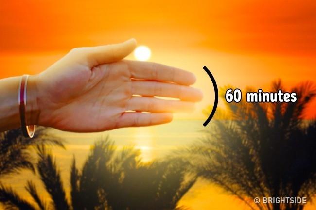 Bạn có thể dùng tay để xác định khi nào Mặt trời lặn.