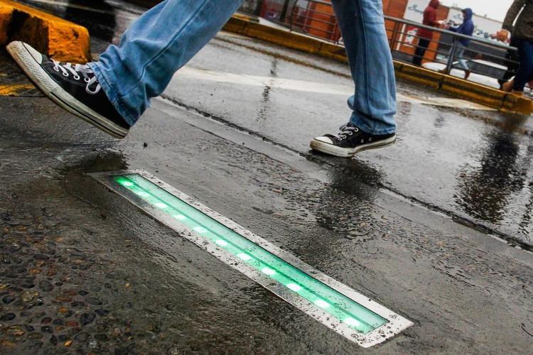 """Đèn đường dưới đất cảnh báo người """"nghiện"""" điện thoại di động"""
