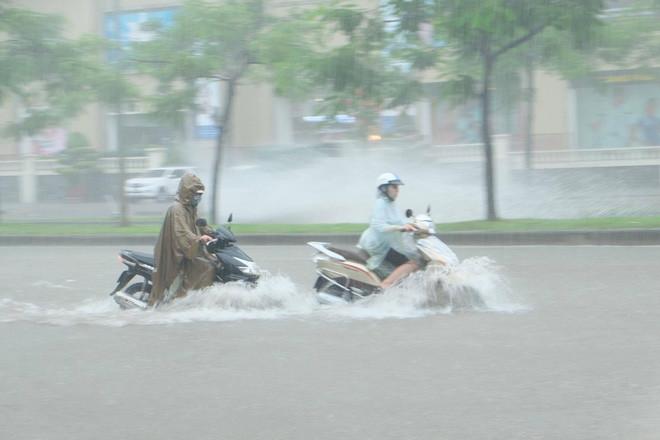 Do ảnh hưởng của cơn bão số 2, cơn mưa lớn kéo dài khiến việc đi lại của người dân gặp nhiều khó khăn.