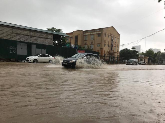 Khoảng hơn 10 giờ, cơn mưa lớn vẫn chưa có dấu hiệu ngớt