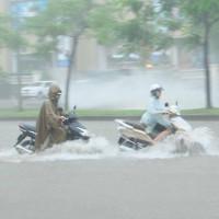 Ảnh hưởng của bão số 2: Hà Nội mưa lớn kéo dài, nhiều tuyến phố chìm trong biển nước