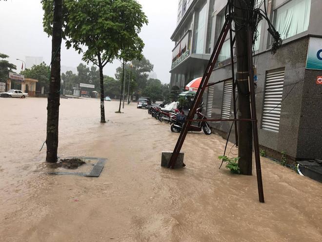 Cơn mưa kéo dài khiến nhiều tuyến đường ngập sâu.