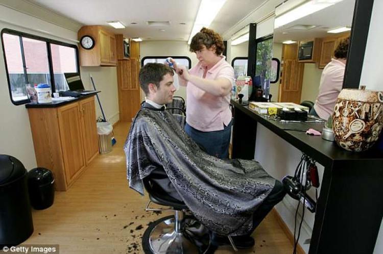 Đến cắt tóc cũng có tại văn phòng thì chẳng còn lí do để ra ngoài.