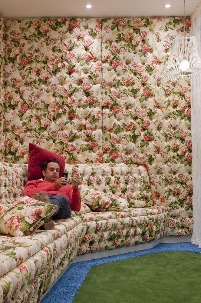 """Một nhân viên Google đang nghỉ ngơi tại khu vực """"Tiện nghi xa hoa""""."""