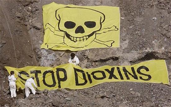 Chất độc màu da cam có chứa dioxin, là một chất độc cực mạnh, rất bền vững, khó phân huỷ.