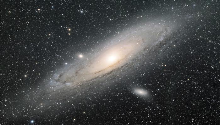 Dải ngân hà này nằm ở vị trí trung tâm hình cung trên một dải tập hợp nhiều ngôi sao.