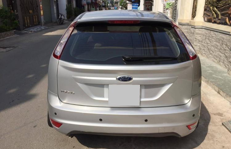 Ford Focus với một bên đèn trắng, một bên đỏ (dưới cùng).