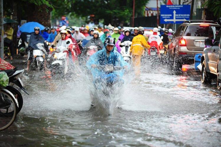 Hà Nội nhiều mây, có mưa, mưa vừa, có nơi mưa to và rải rác có dông.