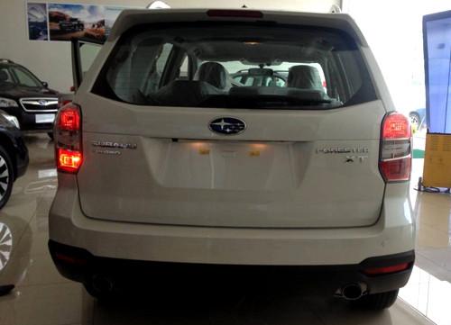 Subaru Forester chỉ một bên đèn sương mù sau có bóng (bên trái), bên còn lại không có.