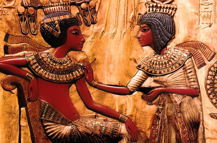 Tranh khắc hình vua Tut và vợ Ankhesenamun.