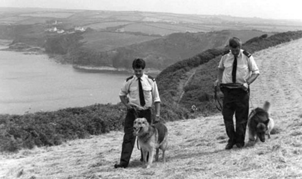 Cảnh sát dùng chó nghiệp vụ để khảo sát địa điểm xảy ra vụ giết hại ông bà Dixon