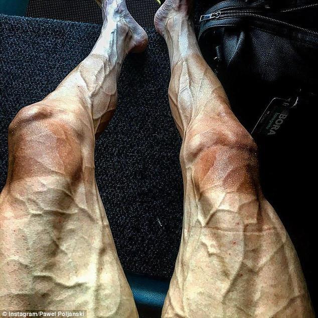 Đôi chân của vận động viên đua xe Pawel Poljanski.