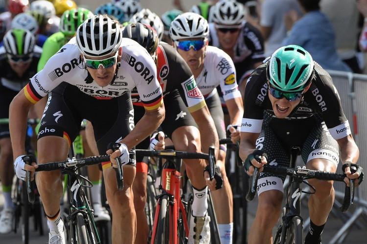 Cường độ luyện tập của các vận động viên đua xe đạp là rất lớn.