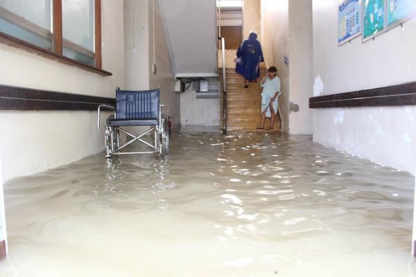 Bệnh viện Y dược Huế ngập sâu, nước tràn vào các khoa phòng.