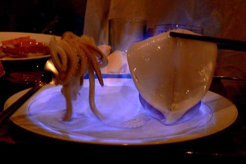 Nhiều người bị bỏng do nướng mực bằng cồn.