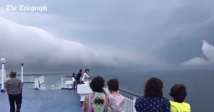 Mây cuộn là đám mây có dạng hình ống, tách hoàn toàn khỏi khối mây vũ tích.
