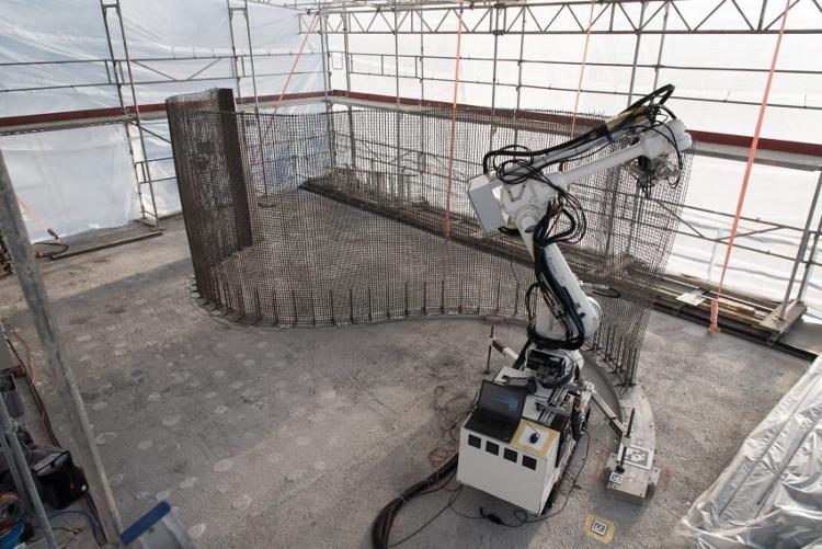 Robot xây dựng cao hai mét, có khả năng đan lưới thép trực tiếp tại hiện trường