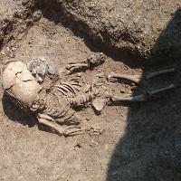 """Hài cốt 2.000 năm của bé trai có hộp sọ """"ngoài hành tinh"""""""