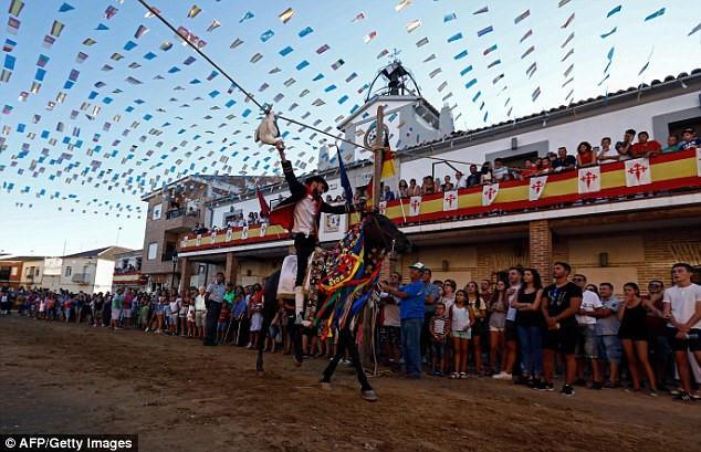 Rất đông du khách đến tham dự lễ hội St James, tổ chức tại làng El Carpio de Tajo