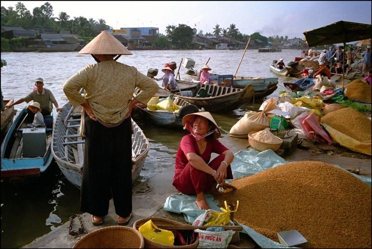 Chợ gạo bên sông ở Phong Điền.