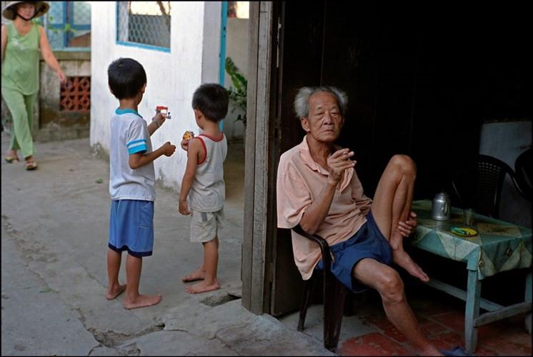 Cụ ông hút thuốc biên hiên nhà ở Phong Điền.